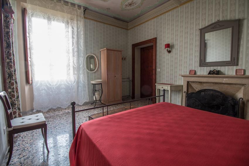 CAMERA PUCCINI - La camera Puccini è caratterizzata da un soffitto decorato con motivi musicali, piccoli tocchi orientali e la porta a vetri colorati richiamano il periodo liberty.