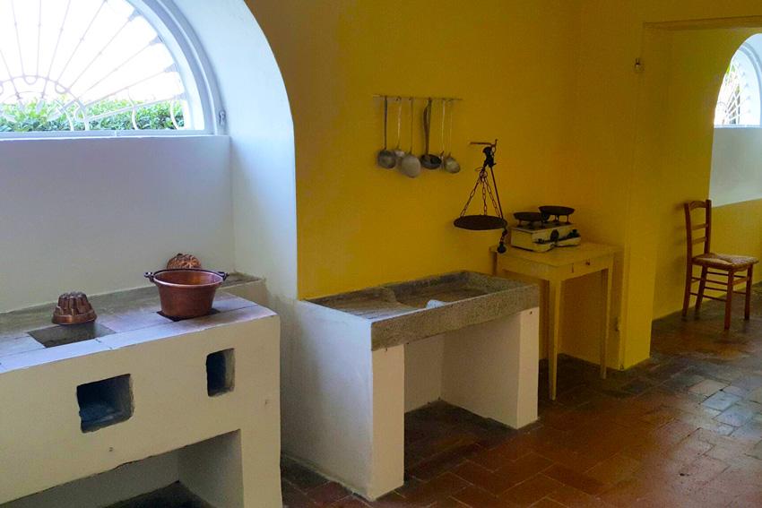 CUCINA - I locali del piano terra erano adibiti a diversi scopi di servizio. Questa è una delle tre cucine. Altri locali erano adibiti a dispensa e cantina.