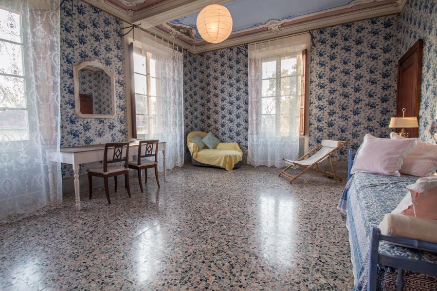 SALA BLU - La sala blu è caratterizzata dalla tappezzeria floreale blu che ricopre le pareti. Il soffitto, suddiviso in tre parti, è affrescato a motivi floreali. Un tempo era adibita a sala da pranzo ed è orientata a sud-ovest.