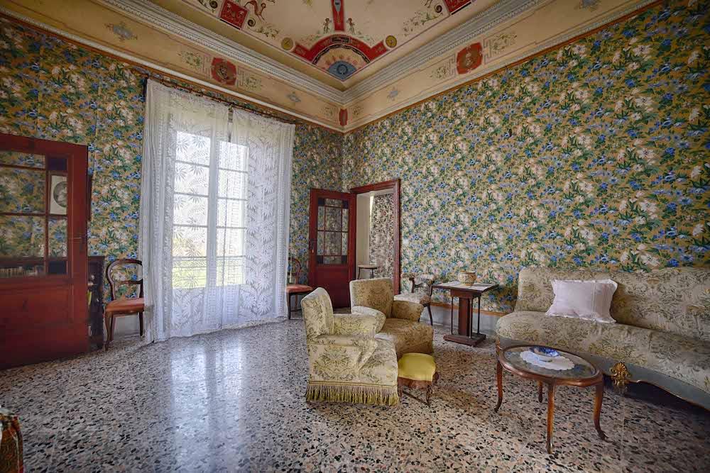SALA DEL POGGIOLO - La sala del poggiolo prende il nome dal piccolo balcone prospiciente la via Parma. Le pareti sono ricoperte da tappezzeria floreale, mentre il soffitto è affrescato con motivi a grottesche.
