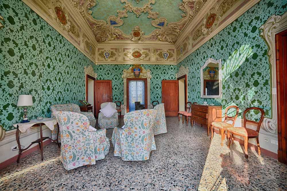 SALA VERDE - La sala verde è caratterizzata dalle pareti decorate a stencil, restaurata con i cartoni originali. Il soffitto è affrescato, con medaglioni che raffigurano i poeti Dante, Petrarca, Ariosto e Tasso.
