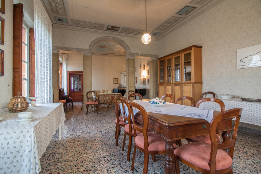 SALONE - Il salone, diviso in due porzioni da un arco, ospitava un tempo un armadio altare e un biliardo, oltre alla biblioteca. Il soffitto è decorato con riquadri che rappresentano vedute di Napoli. Oggi è adibito a sala per musica con il pianoforte.