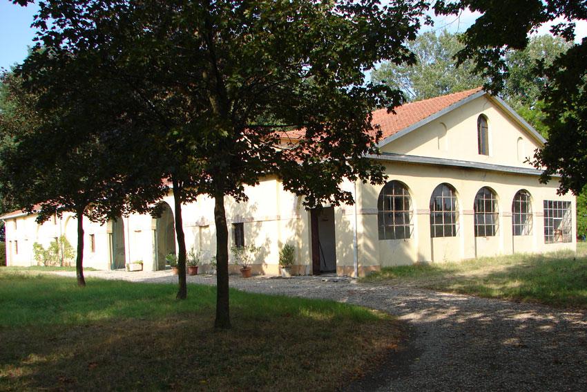 LA SERRA - Gli edifici accessori disposti ai lati della corte comprendevano stalle, fienili, ricoveri vari e una serra a vetri disposta a sud con semenzai e una stufa.
